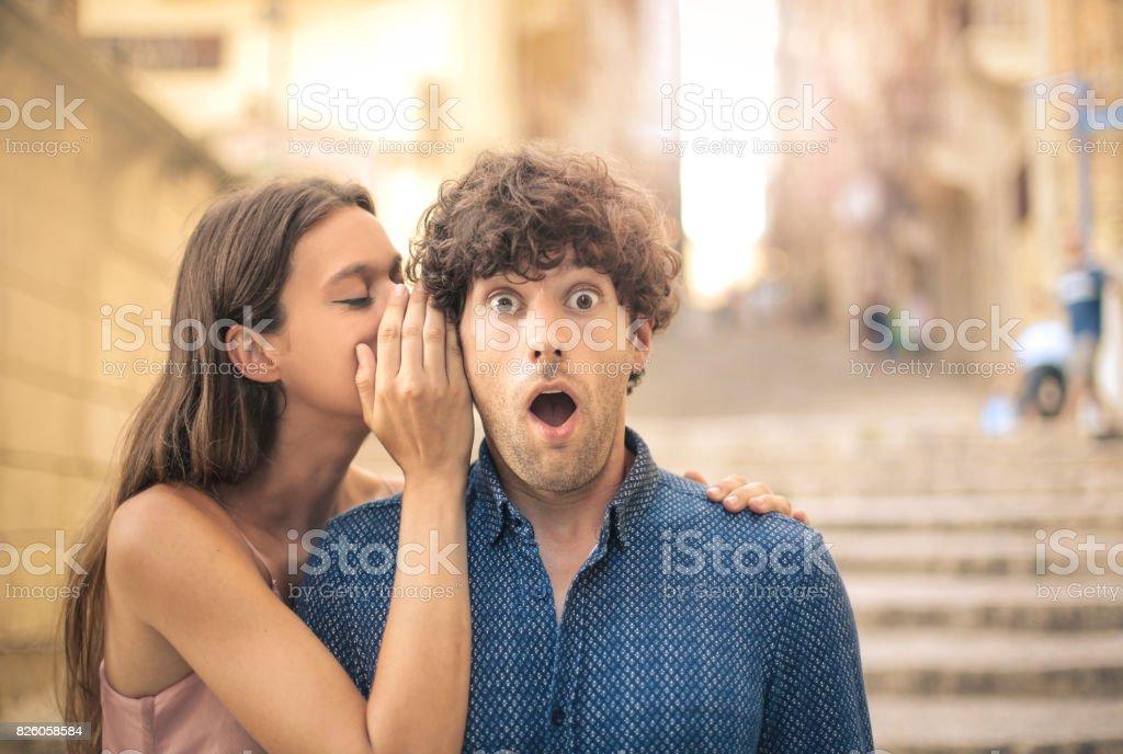 Susurrar un secreto - foto de stock