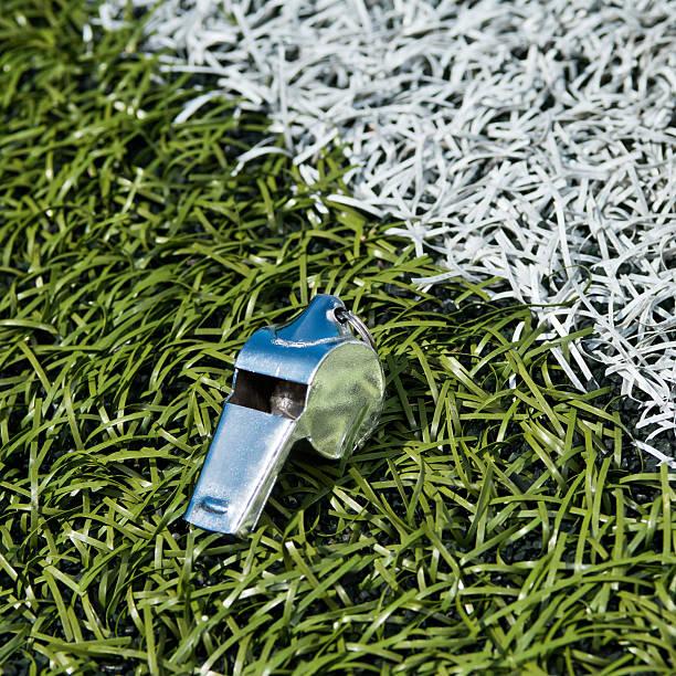 Trillerpfeife auf dem Fußballplatz – Foto