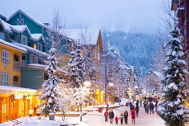 village de whistler - station de ski photos et images de collection