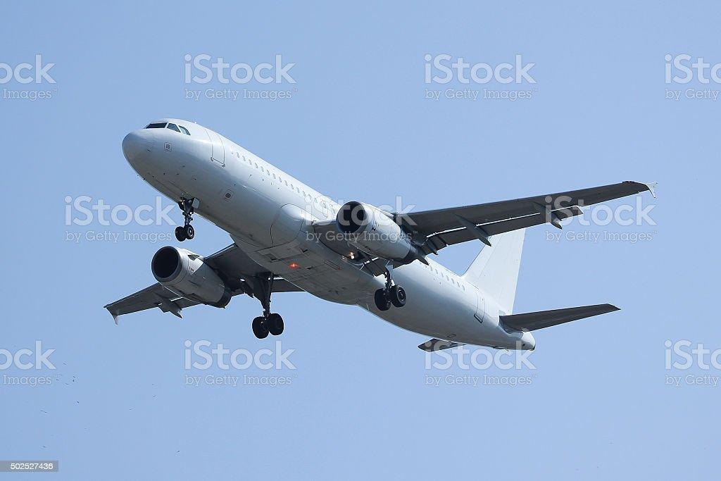 Weiße Passagierflugzeug Landung – Foto