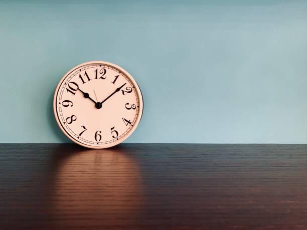 Weißen Wecker auf blauem Hintergrund – Foto