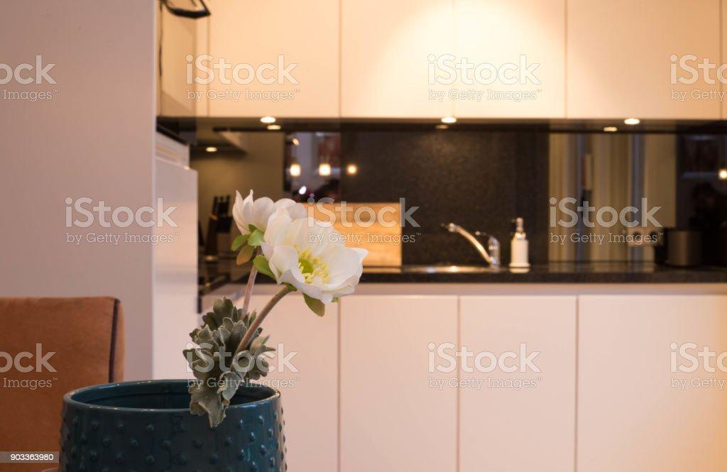 Witte en zwarte keuken met bloem decoratie stockfoto en meer