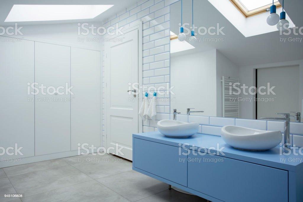El Bano Azul.Interior De Bano Azul Y Blanco Foto De Stock Y Mas Banco De