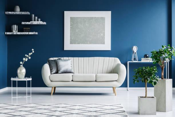 weißen und blauen wohnzimmer - bemalte tontöpfe stock-fotos und bilder