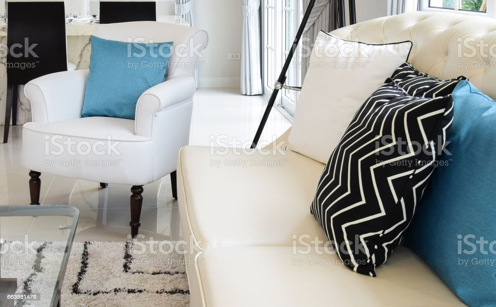 Wit Lederen Design Bank.White And Blue Pillows On A White Leather Couch In Vintage Living