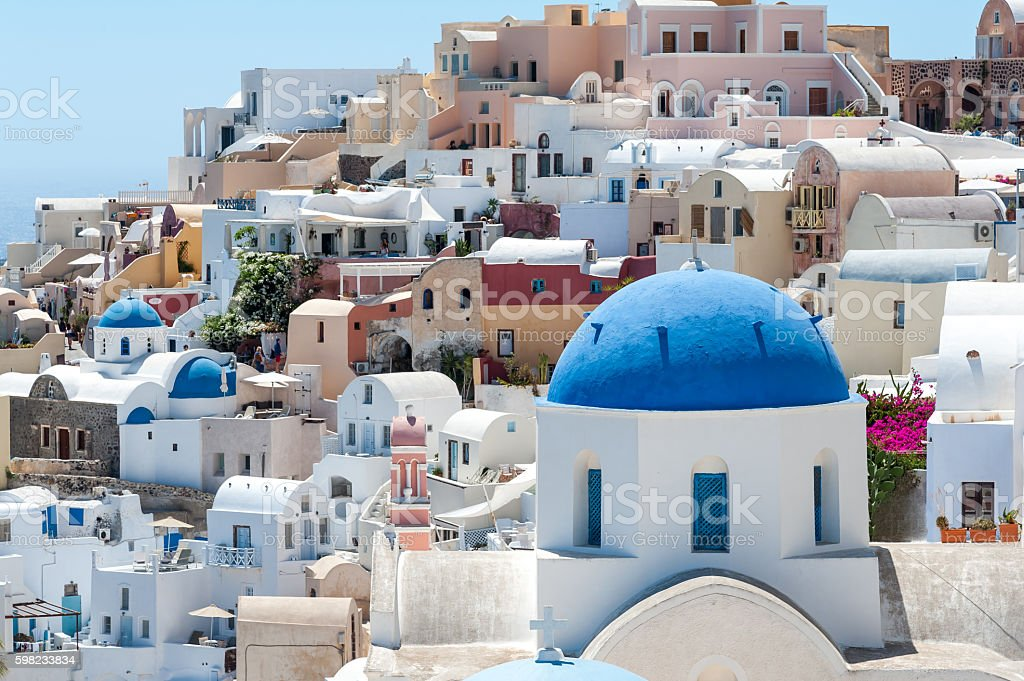 White and blue view of Santorini with domes foto royalty-free