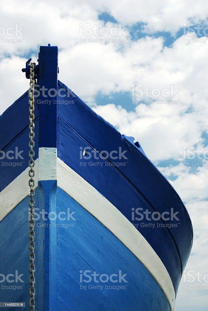 Barco de madeira branco e azul - foto de acervo