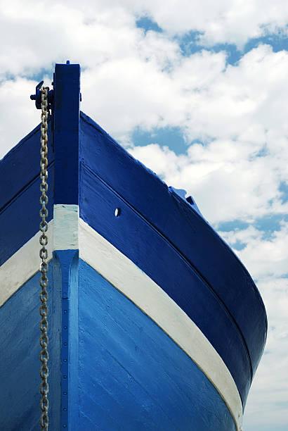 Barco de madera blanca y de color azul - foto de stock