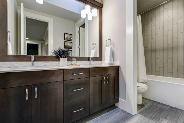 백색과 갈색 욕실 자랑 구석 더블 허영으로 가득 - 화장실 가정용 시설 뉴스 사진 이미지