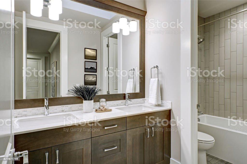 Weiße und braune Badezimmer verfügt über eine Ecke gefüllt mit Doppel-Waschtisch – Foto