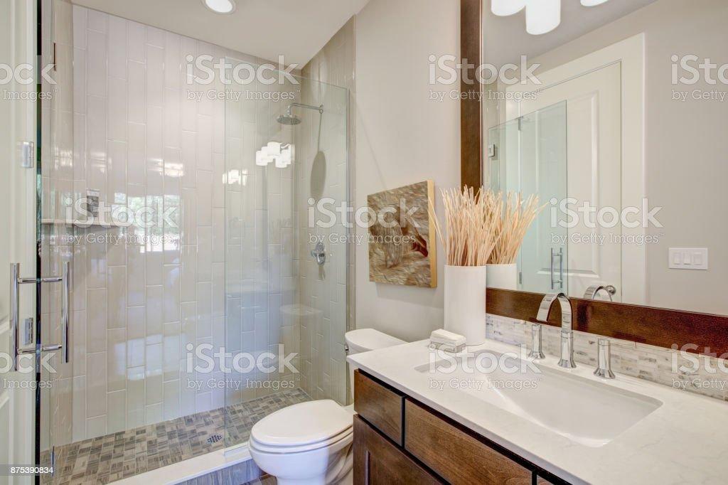 Weiß Und Braun Badezimmer Innen Stockfoto und mehr Bilder ...
