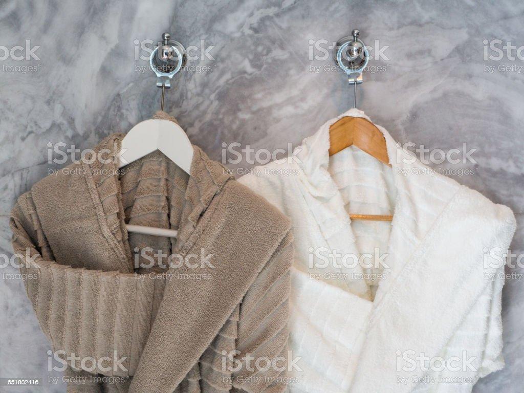 Weißer und brauner sauber Bademäntel Kleiderbügel hängen – Foto