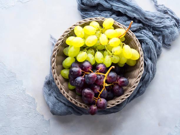 weißen und dunklen trauben in einem korb - grape sugar stock-fotos und bilder