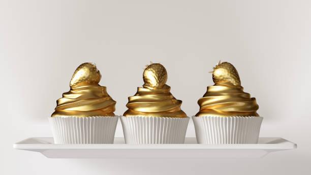 weiß-gold luxus erdbeerkuchen - modetorten stock-fotos und bilder