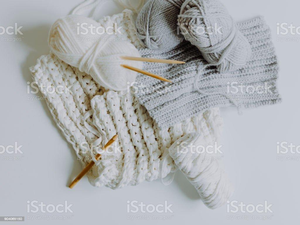 weiße und graue Wolle auf einem weißen Boden – Foto