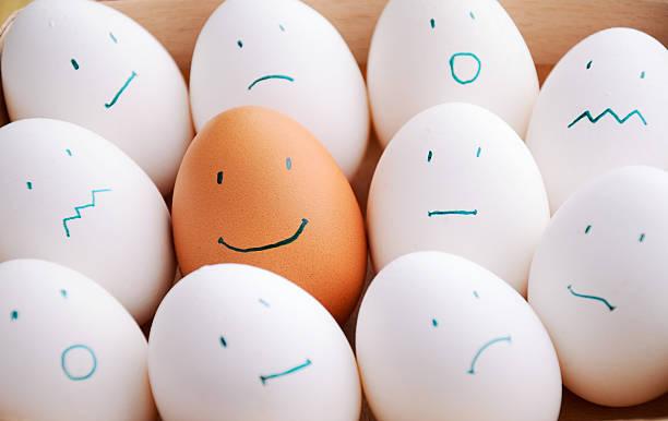 Weiße und braune Eier in einem Lächeln Tablett horizontal – Foto