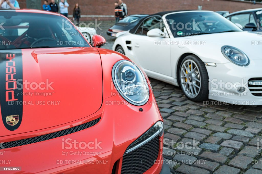 Branco e laranja colorido estacionaram Porsche 911 durante o evento com Magnus Walker sobre o Hamburgo do mercado de peixe - foto de acervo