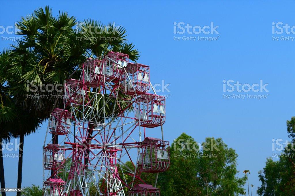 토 디 팜 푸른 하늘 흰색과 분홍색 페리스 휠 - 로열티 프리 Carnival 스톡 사진