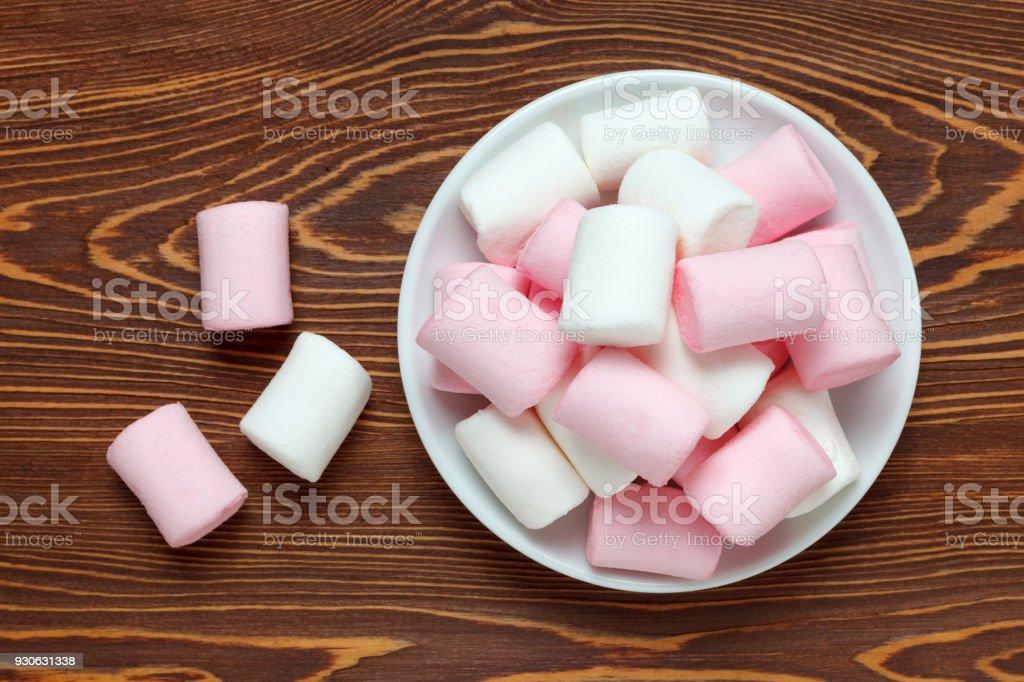 Weiß-rosa Marshmallow auf eine Untertasse auf dem dunklen Holz Tisch – Foto