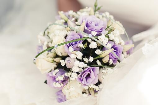 Bouquet Sposa Viola.Bianco E Viola Rose Sposa Bouquet Fotografie Stock E Altre