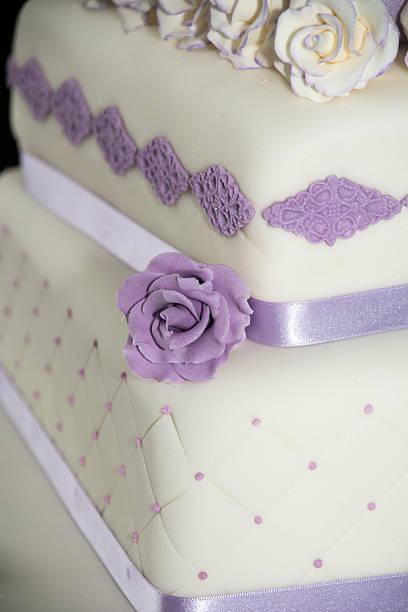 Hochzeitstorte Violett Bilder Und Stockfotos Istock