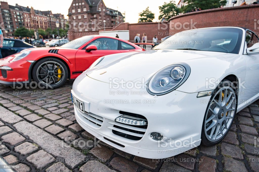 Branco e colorido de vermelho estacionaram Porsche 911 GT3 durante o evento com Magnus Walker sobre o Hamburgo do mercado de peixe - foto de acervo