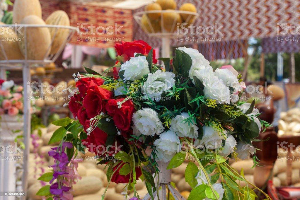 Bouquet de rosa vermelho e branco misturado., Fake Rose no ramalhete., flores artificiais de seda Fake Rose. - foto de acervo