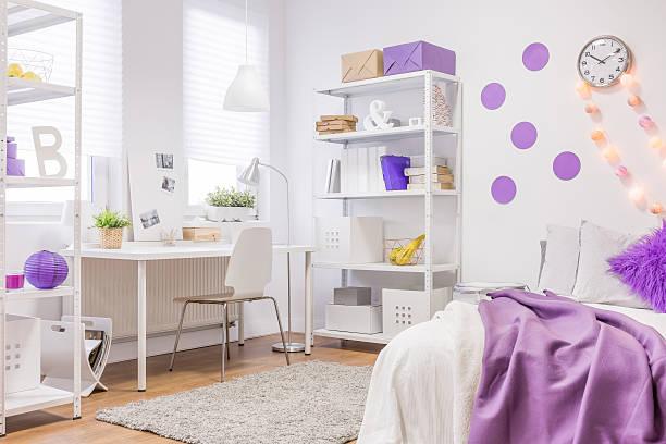 weiß und lila gestaltung - lila teenschlafzimmer stock-fotos und bilder