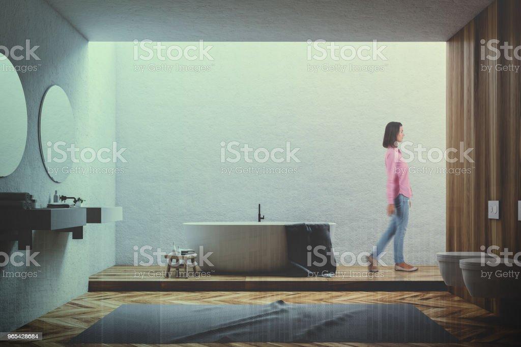 Intérieur de la salle de bains blanc et bois, femme tonifiée - Photo de Design libre de droits