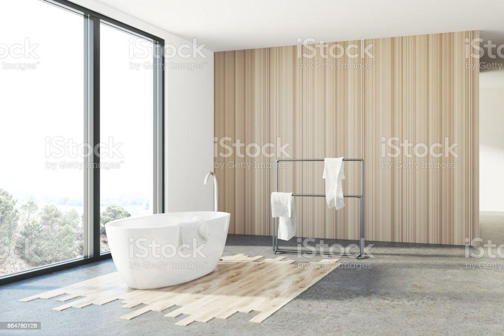 Weiß Und Holz Bad, Weiße Wanne, Loft Lizenzfreies Stock Foto