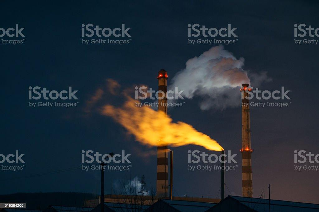 Blanco, amarillo y vapor de caldera en la noche - foto de stock