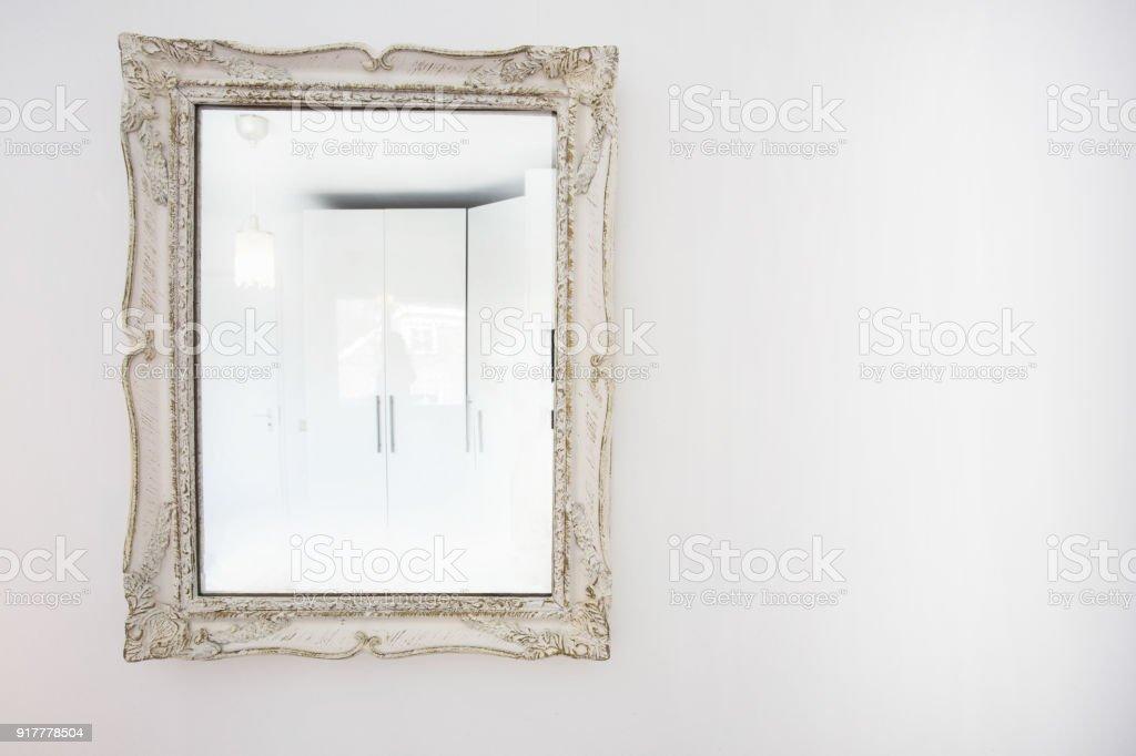 Weiß Antik Vintage Spiegel Holzrahmen auf weißen Wand – Foto