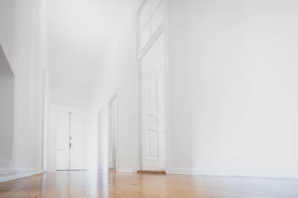 witte appartement, lege ruimte gerenoveerde - interieur - laag camerastandpunt stockfoto's en -beelden