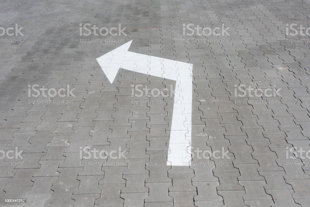 Seta branca para baixo na rua telha - foto de acervo