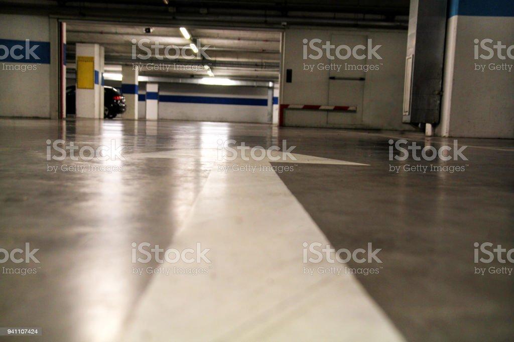 Weisser Pfeil Gezeichnet Auf Dem Boden In Einem Parkplatz Alte Pfeil