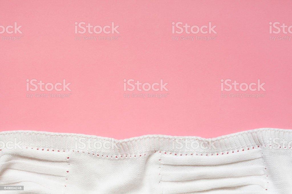 Witte Baby deken op roze achtergrond foto