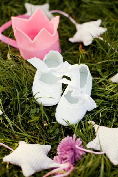 weiße baby-schuh - sterntaufe stock-fotos und bilder