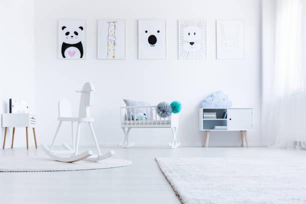 weiße babys schlafzimmer innenraum - pferde schlafzimmer stock-fotos und bilder