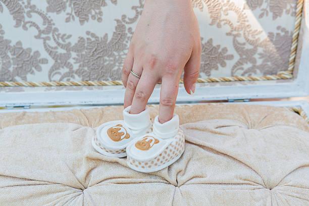 weiße baby-schuh - babyschuhe nähen stock-fotos und bilder