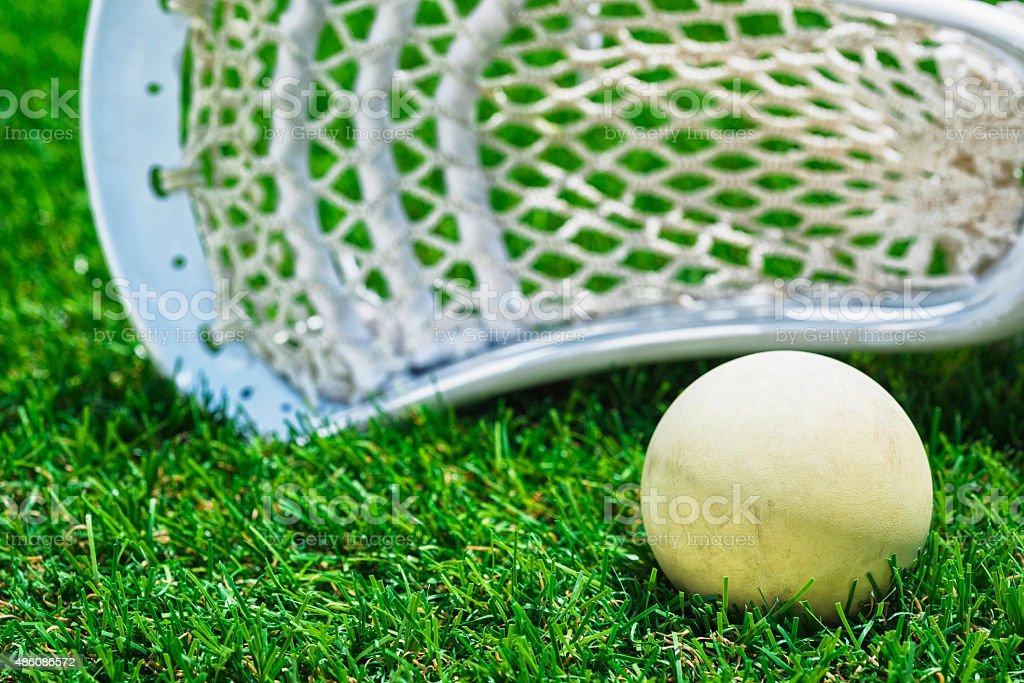 Weißen ball und weiße Lacrosse stick auf Kunstrasen – Foto