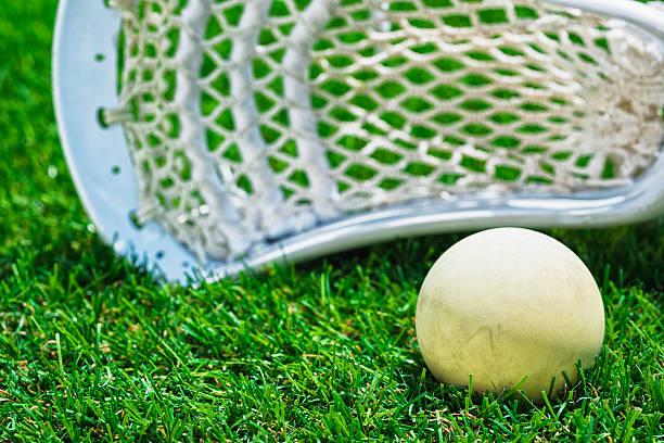 biały biały piłki i kij do gry w lacrosse na sztucznej murawie - kij do gry w lacrosse zdjęcia i obrazy z banku zdjęć