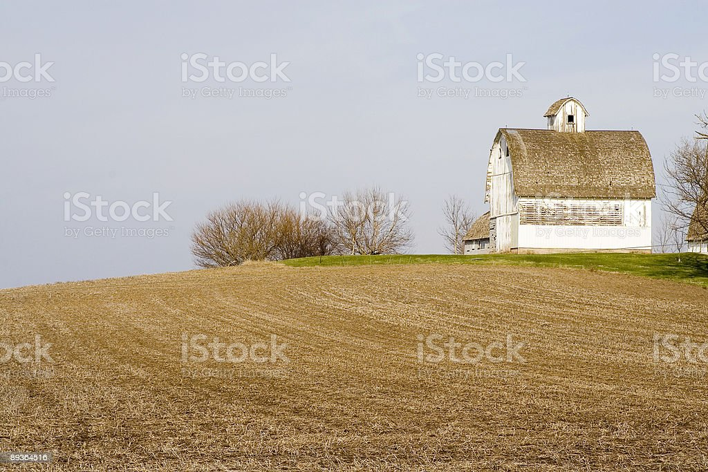 white barn and field royalty free stockfoto
