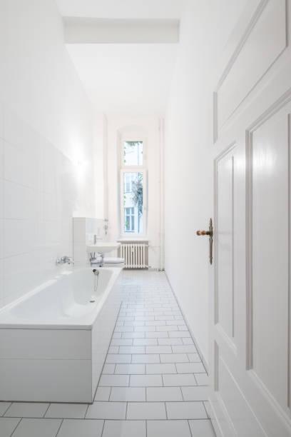 weiße badezimmer - badezimmer mit badewanne - badezimmer new york style stock-fotos und bilder