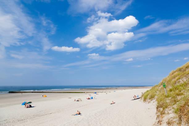 weiße strand in der nordsee - urlaub norderney stock-fotos und bilder