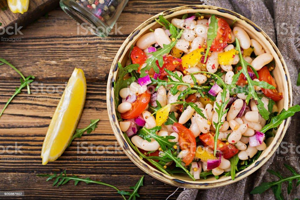 Salat aus weißen Bohnen Cannellini. Vegane Salat. Diät-Menü. Flach zu legen. Ansicht von oben. – Foto