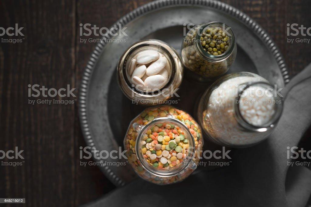 Weiße Bohnen, grüne Bohnen, Linsen und Reis in Kanistern auf dem Zinn Teller Lizenzfreies stock-foto
