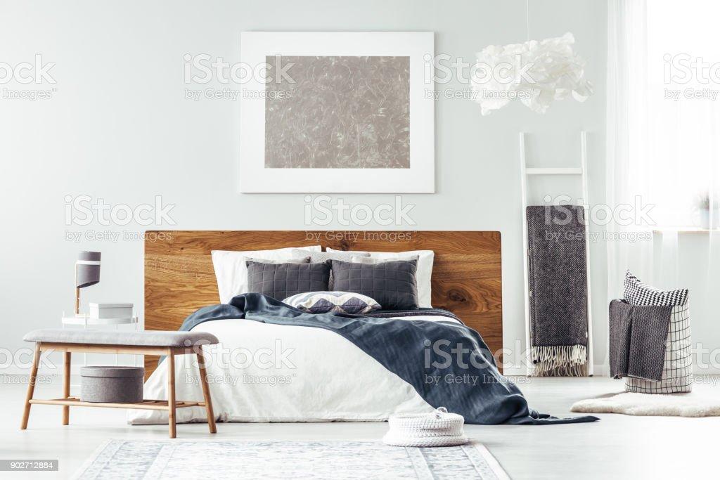 Weißes Bett im Schlafzimmer Innenraum Lizenzfreies stock-foto