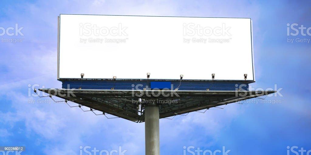 weißes Plakat auf dem Hintergrund des Himmels – Foto