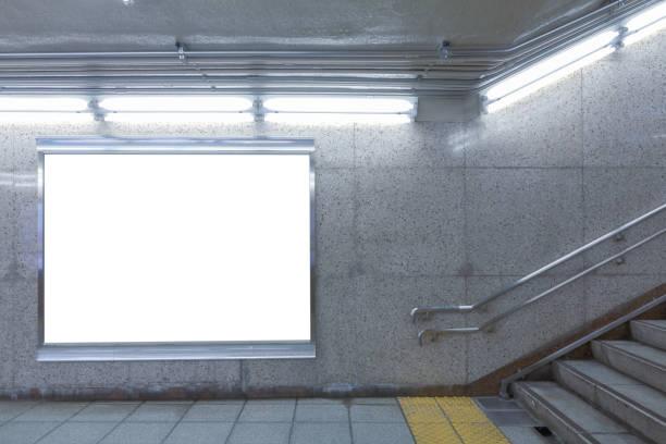 ホワイトのビルボード/看板 - 駅 ストックフォトと画像