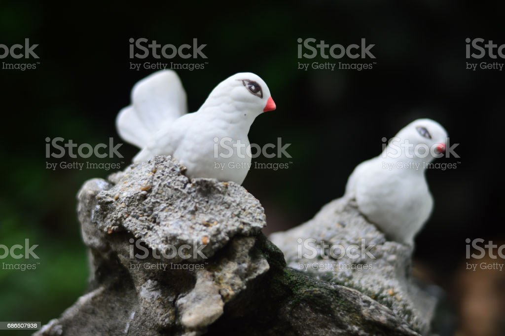 White bird models on the stone - Garden accessories foto stock royalty-free